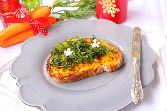 Bruschetta com patê de cenoura e rama salteada